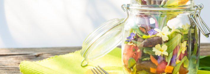 Une salade avec des fleurs